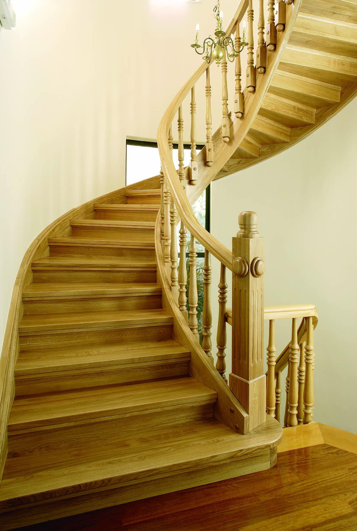 Светлая деревянная лестница в классическом стиле