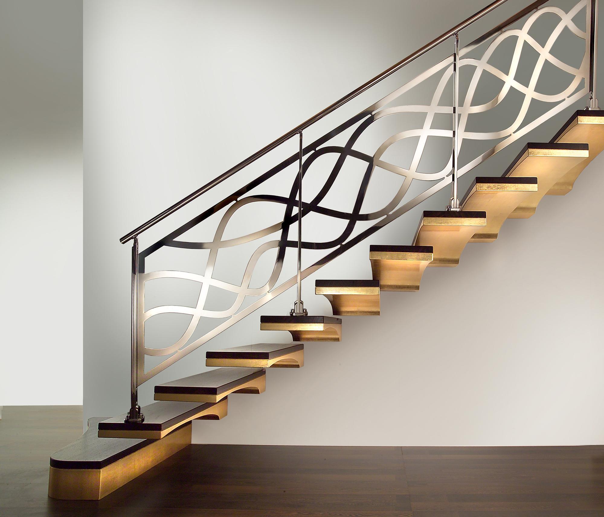 Больцевая лестница с металлическими перилами