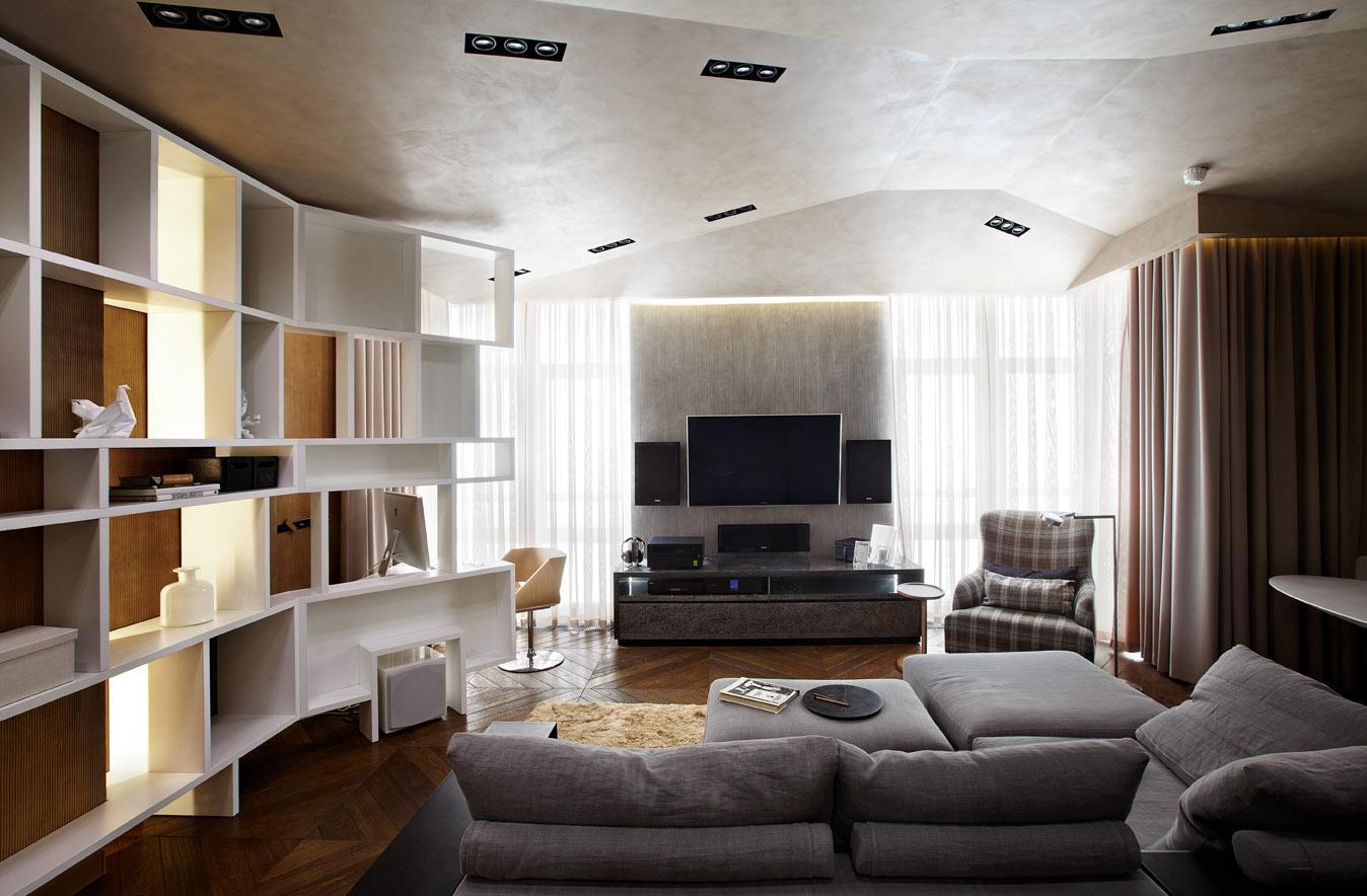 Точечные светильники в гостиной с двумя окнами