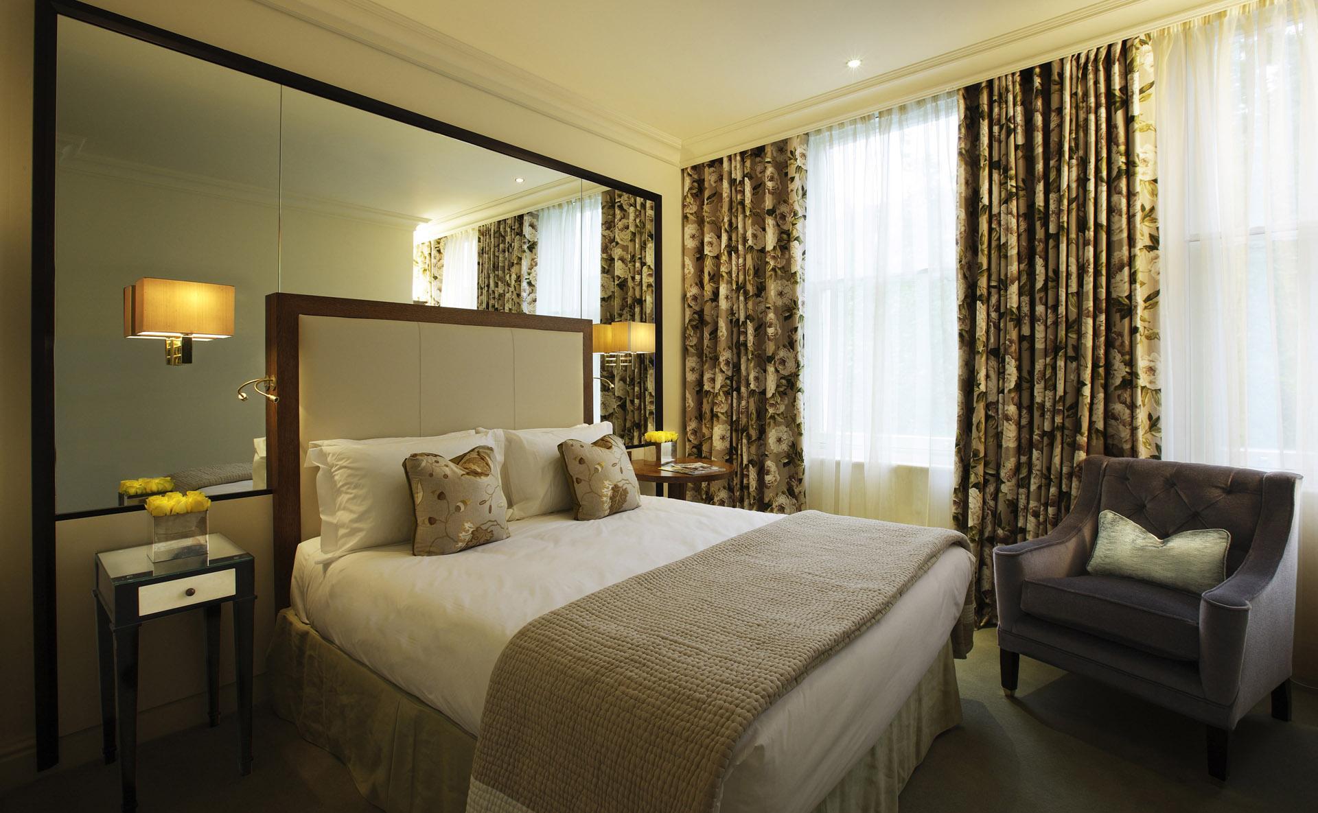 Современная маленькая спальня с большим зеркалом