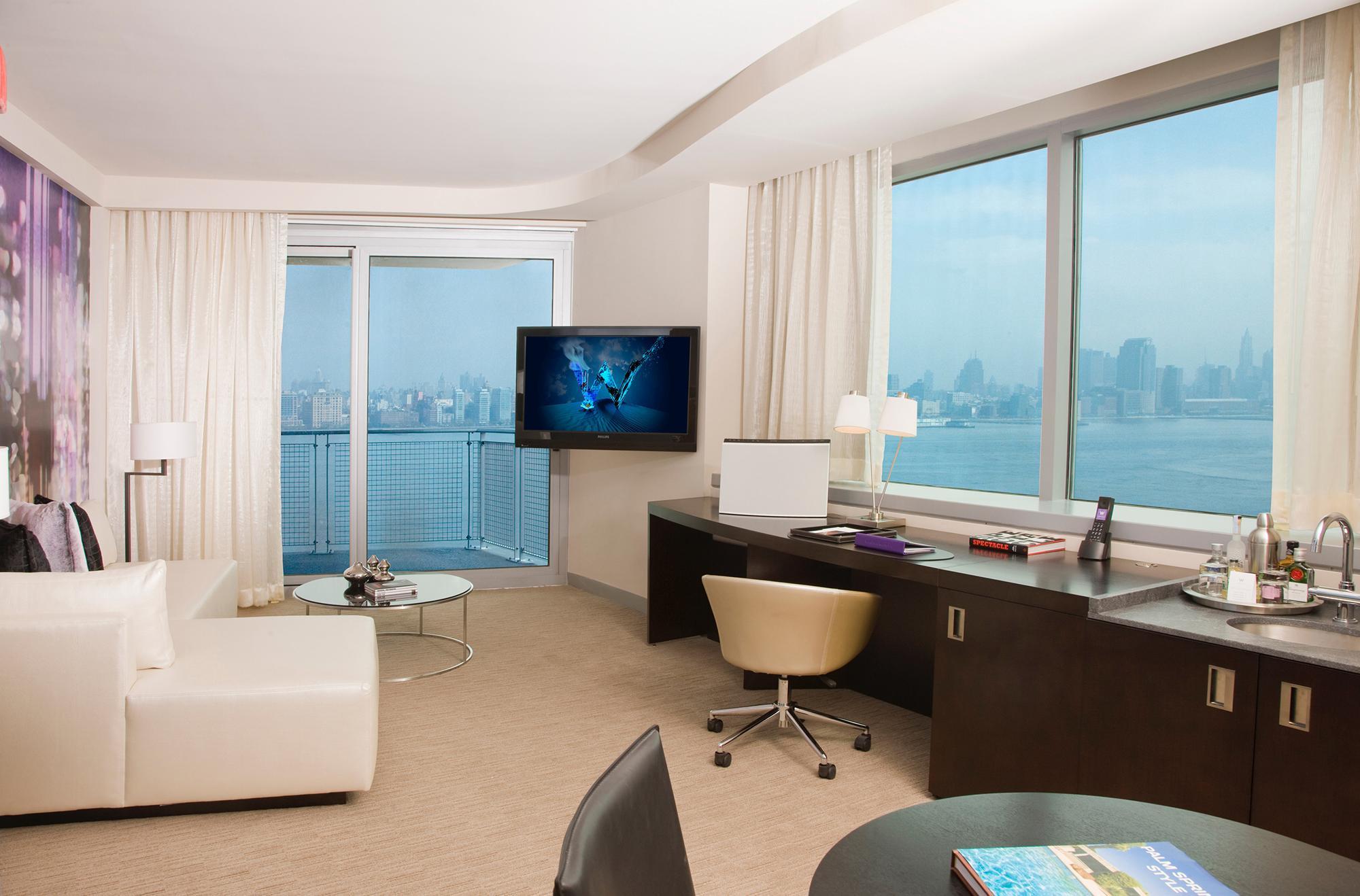 Гостиная-кабинет с двумя окнами на разных стенах