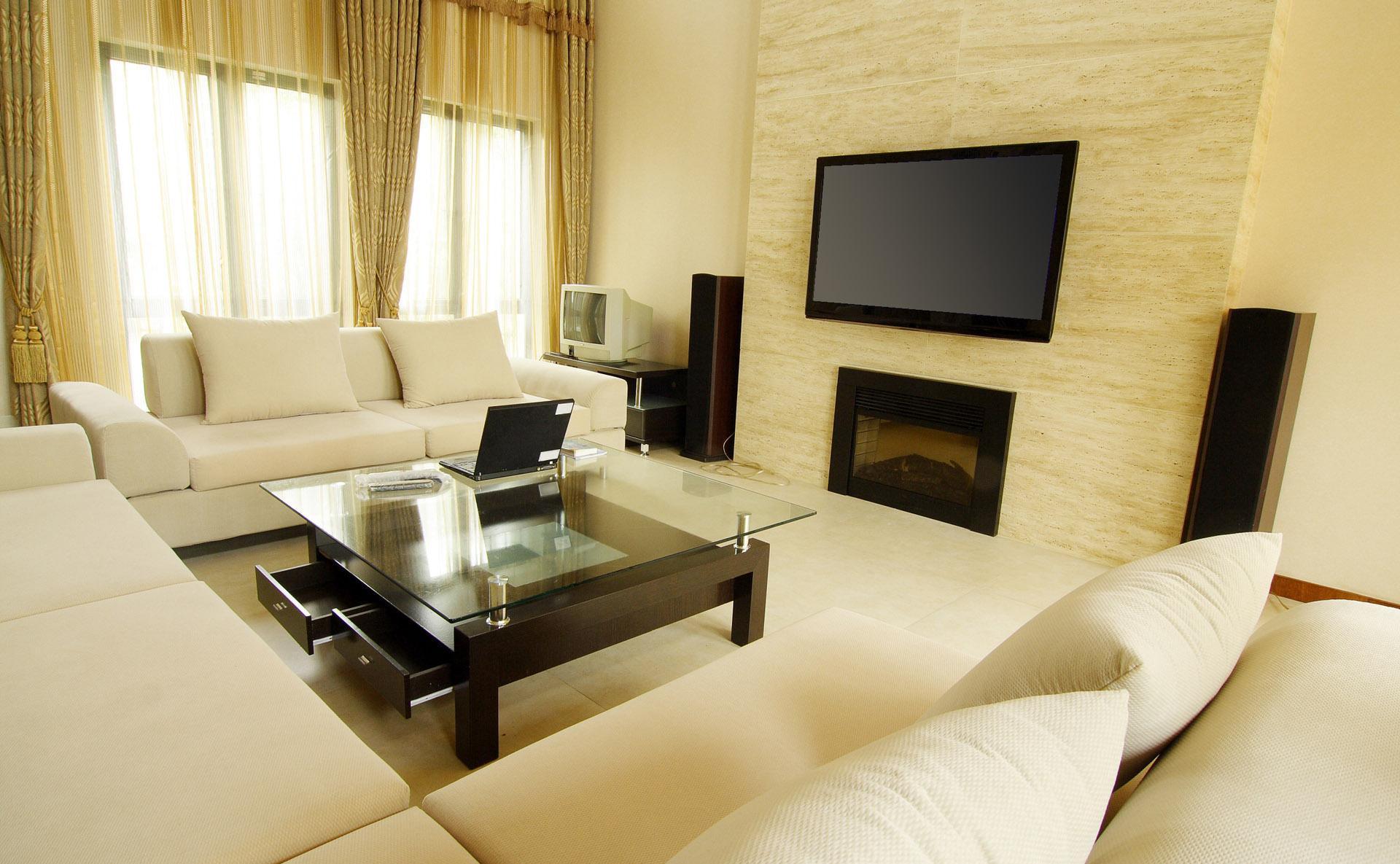 Бежевая гостиная с камином с двумя окнами на одной стене