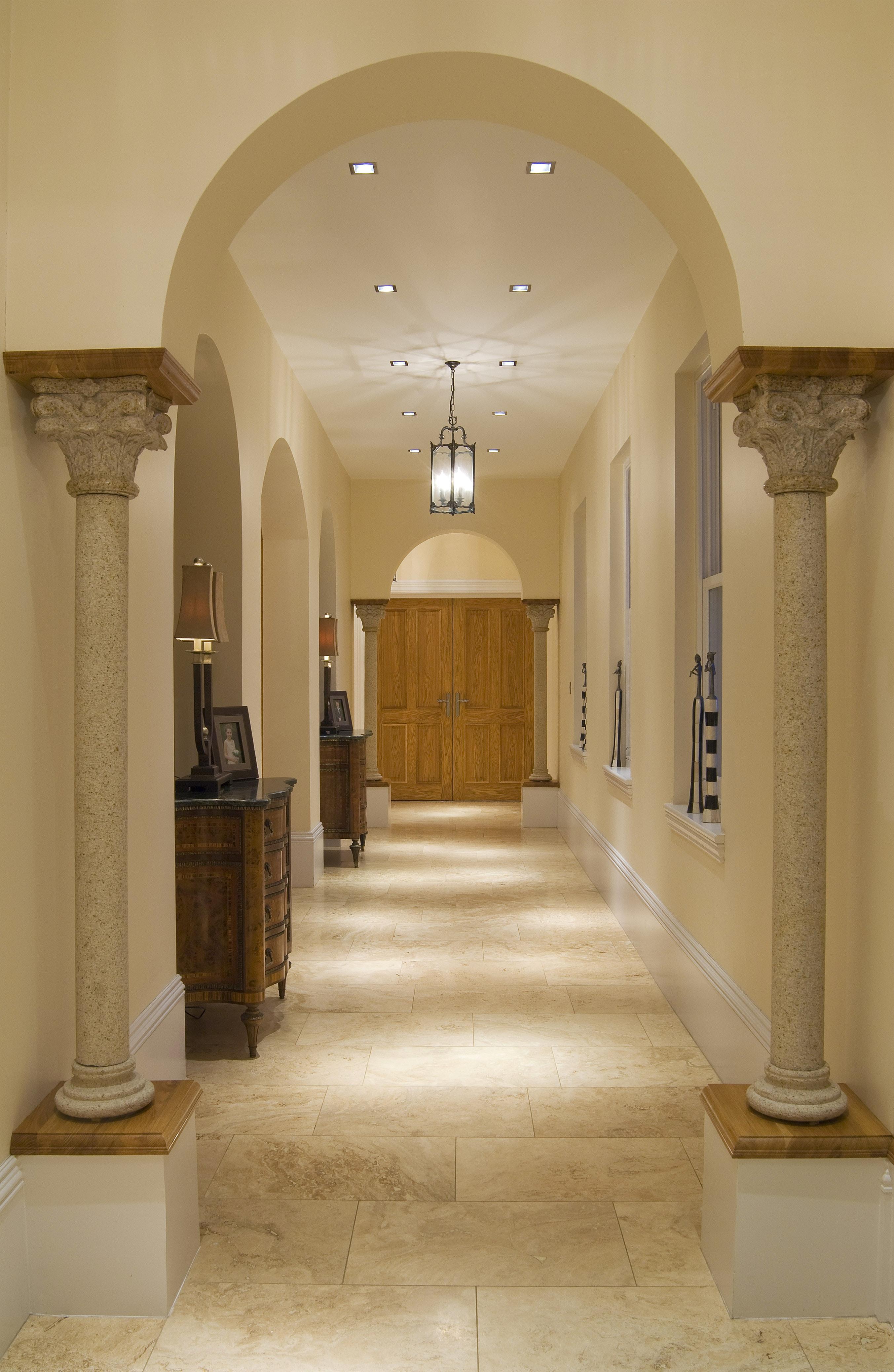 Дизайн коридора с аркой с колоннами