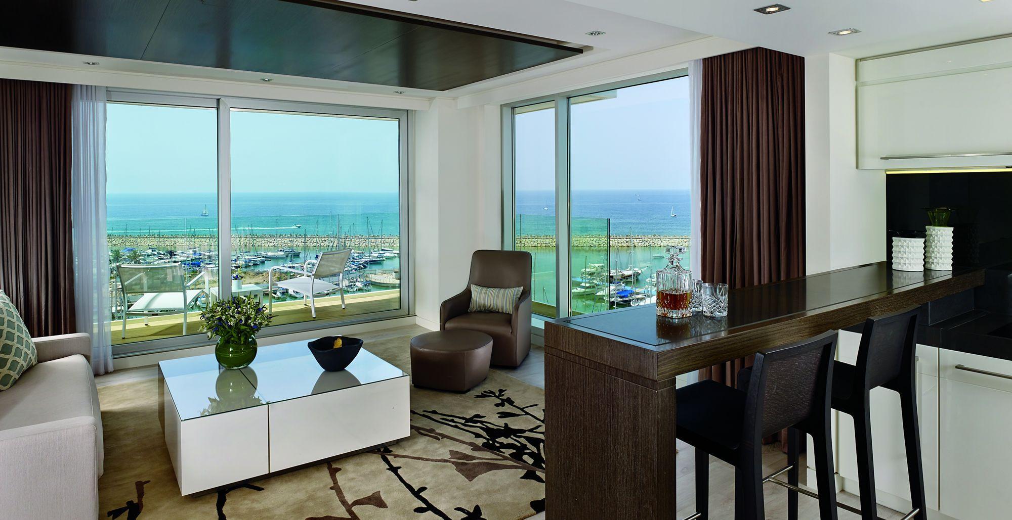 Гостиная с двумя панорамными окнами