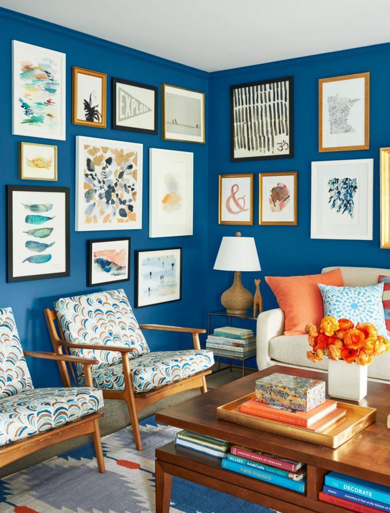 Голубая гостиная с картинами на стене