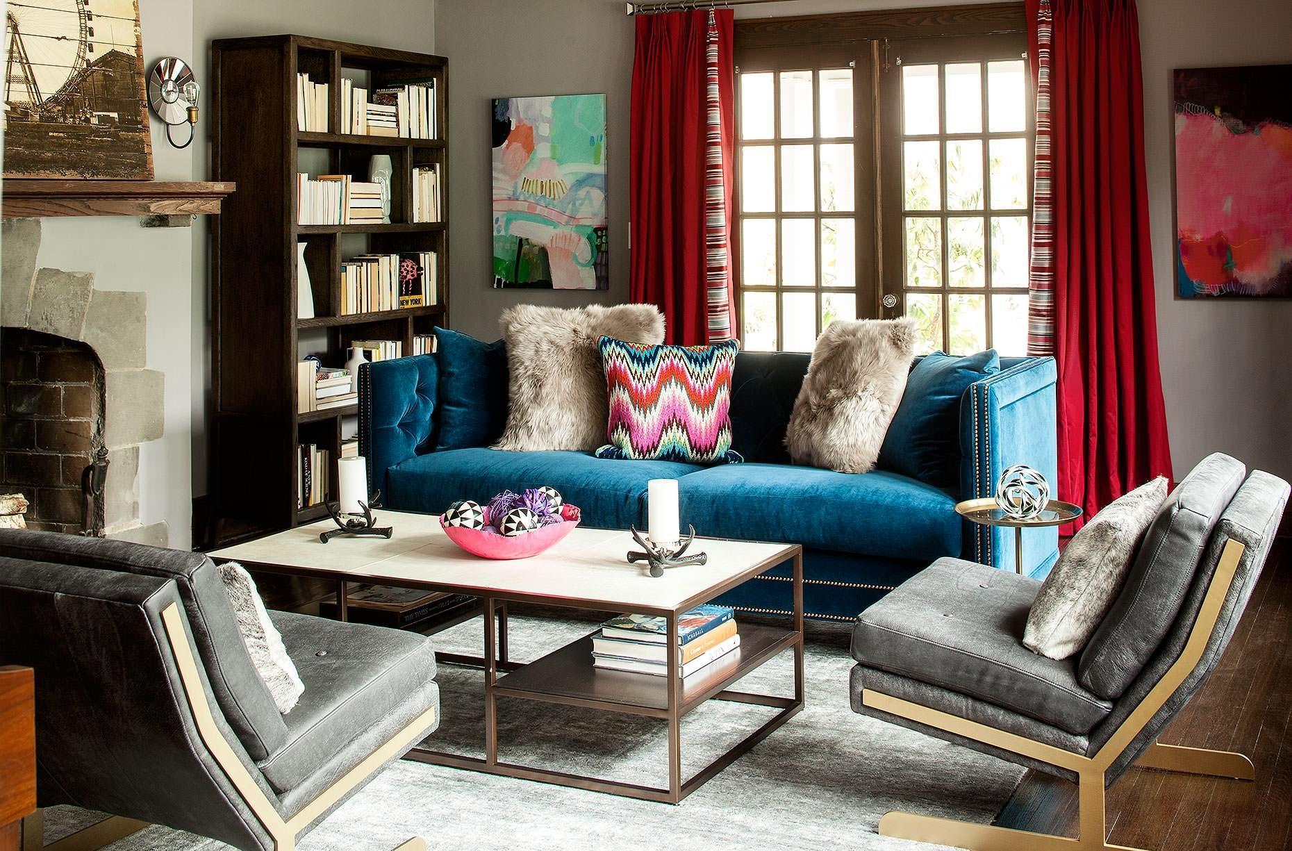 Акцент на синий диван в интерьере в стиле бохо
