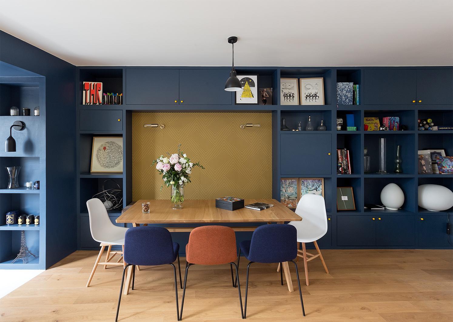 Голубой шкаф в гостиной