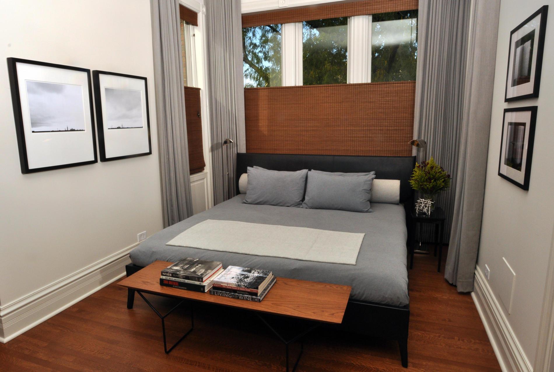 Узкая спальня со светлыми стенами
