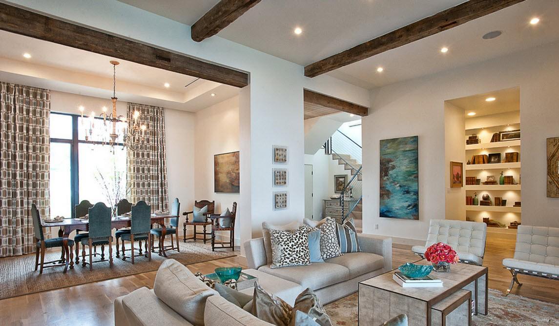 Голубая мебель и декоративные подушки в интерьере гостиной