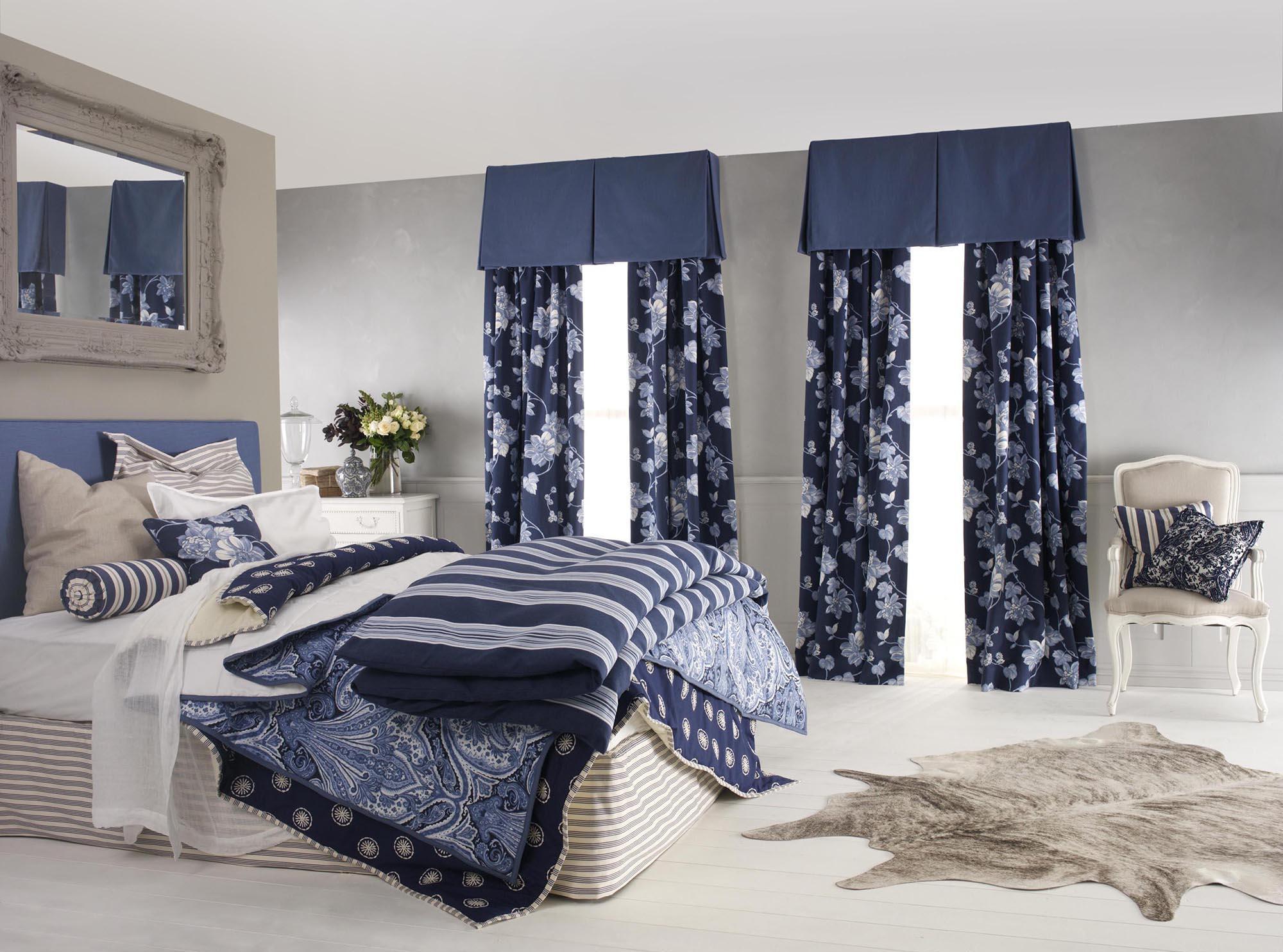 Сочетание бежевого, синего и серого цветов в спальне