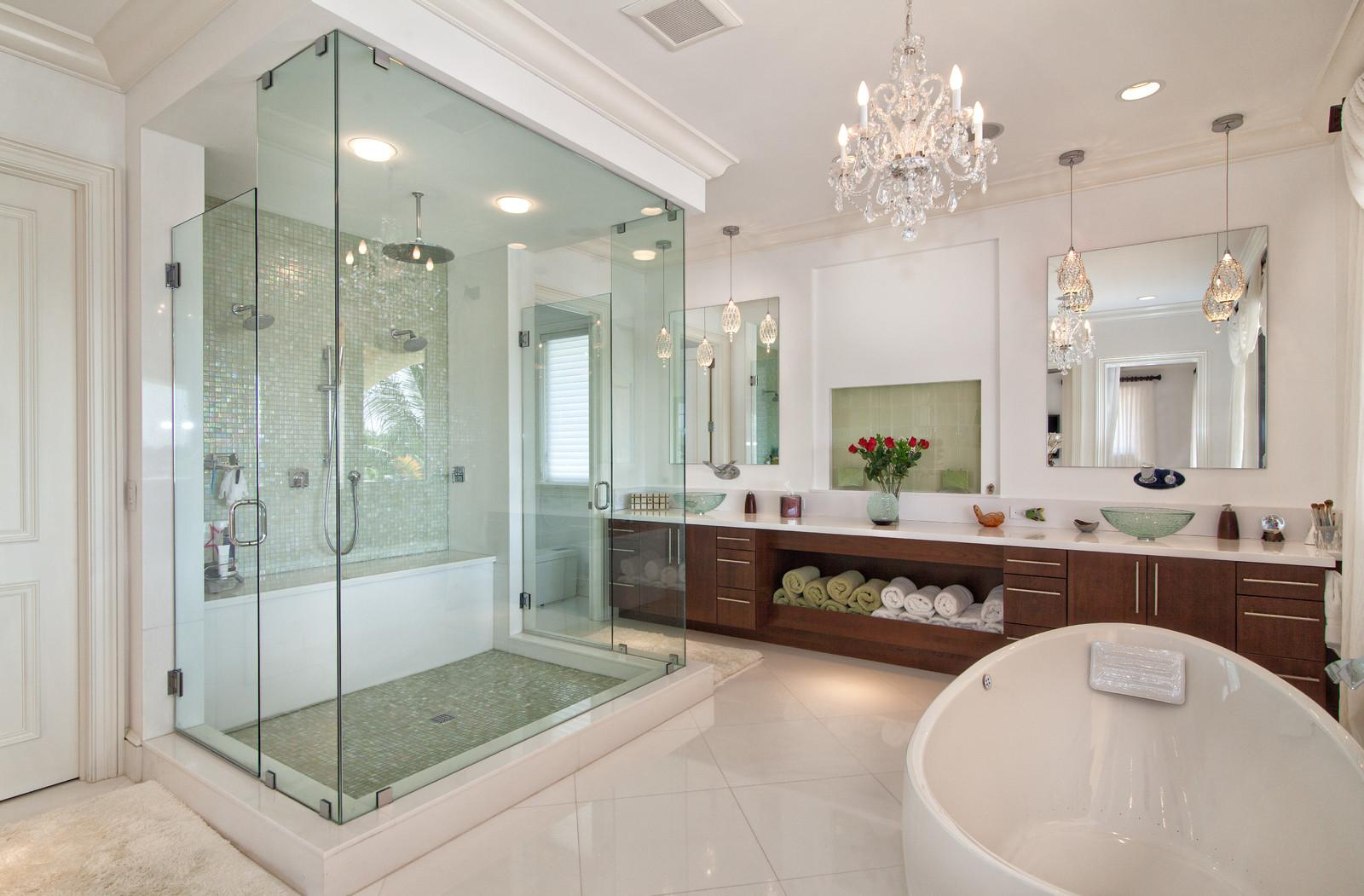 Серебристая сантехника в ванной