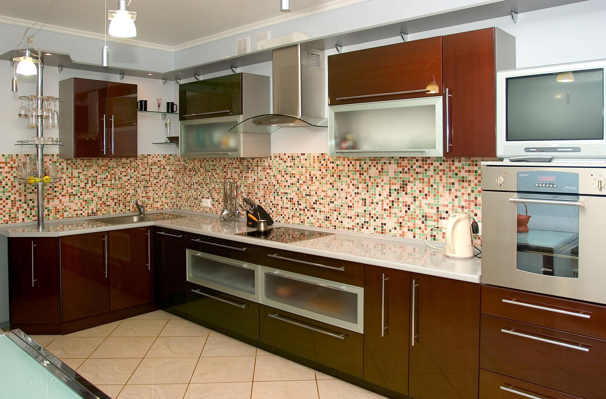 Кухня с коричневым фасадом