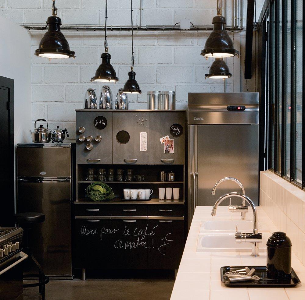 Расположение холодильника на кухне в стиле лофт