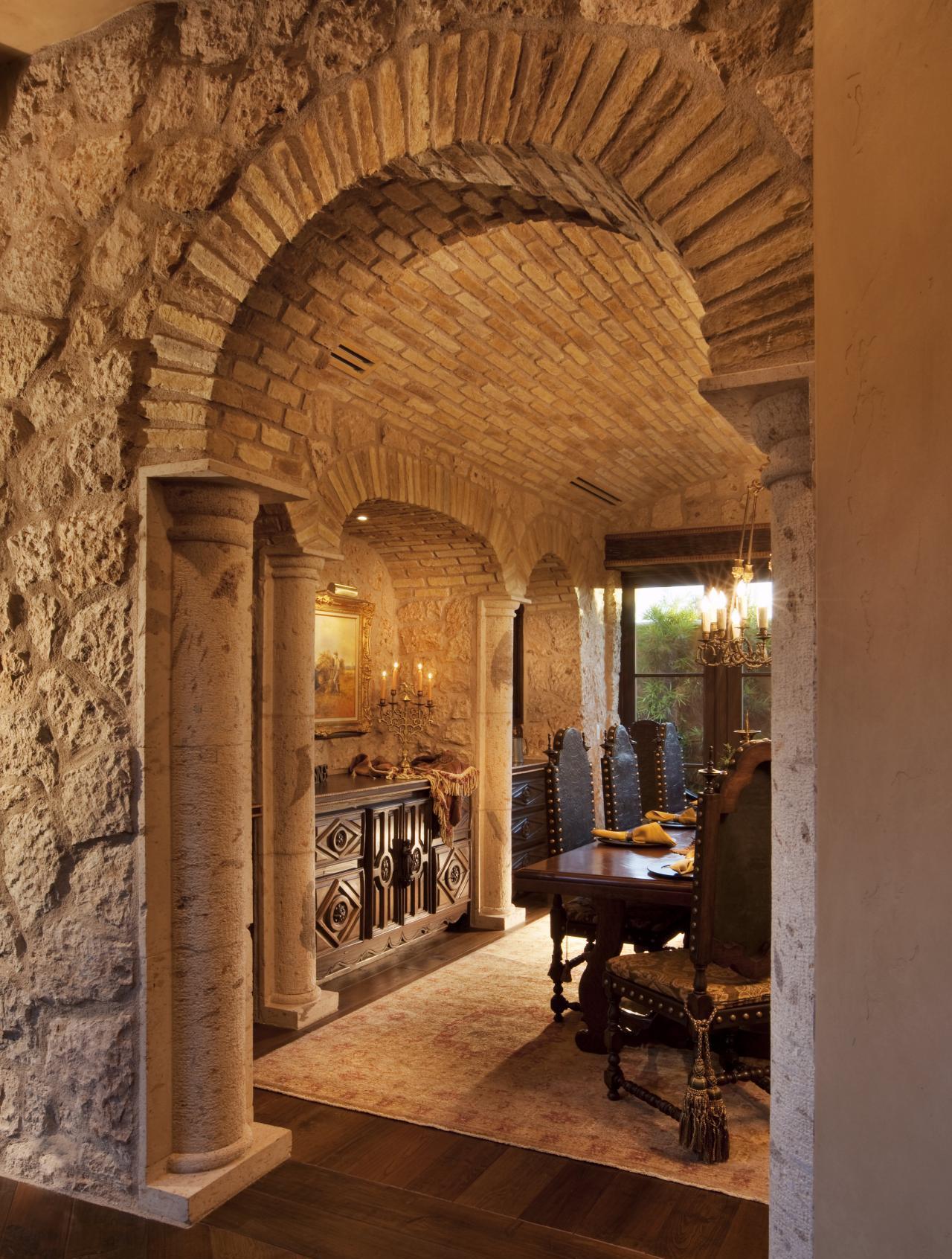 Дизайн коридора с аркой каменной