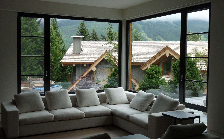 Гостиная с двумя большими окнами
