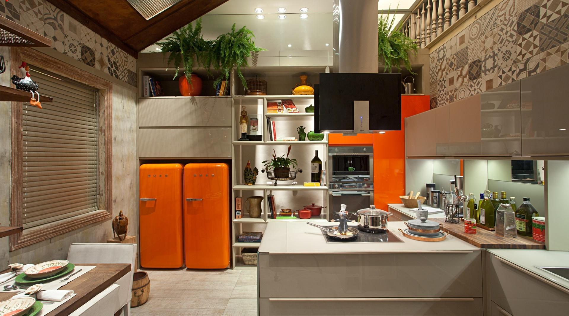 Оранжевые встроенные холодильники на просторной кухне