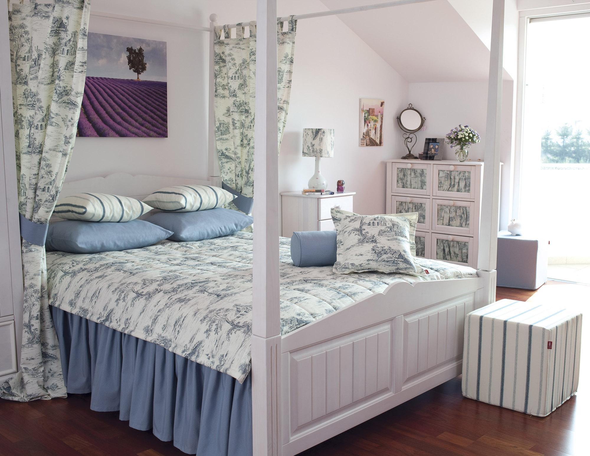 Плотный балдахин с рисунком на раме кровати