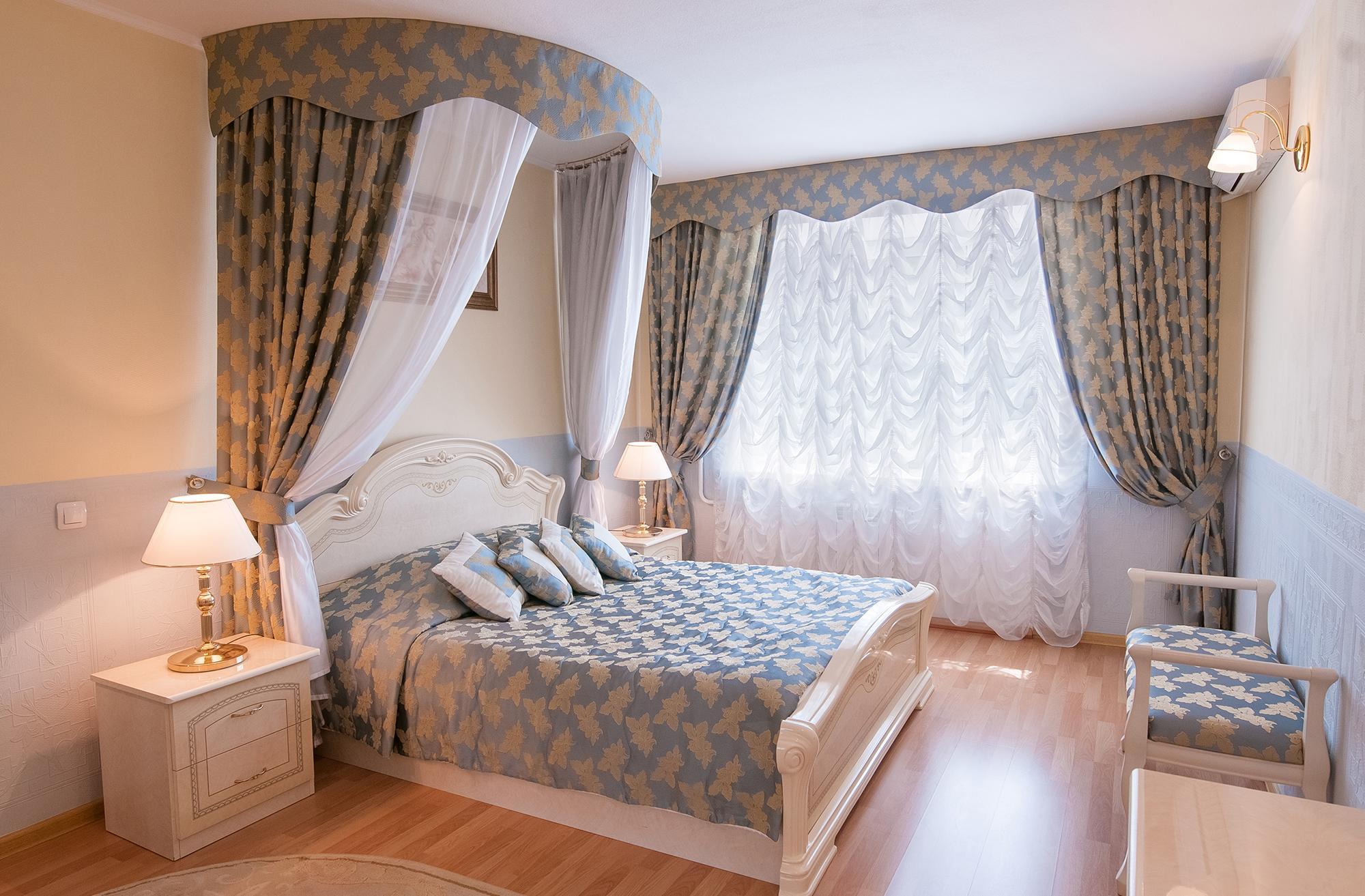 Балдахин над кроватью в неоклассической спальне