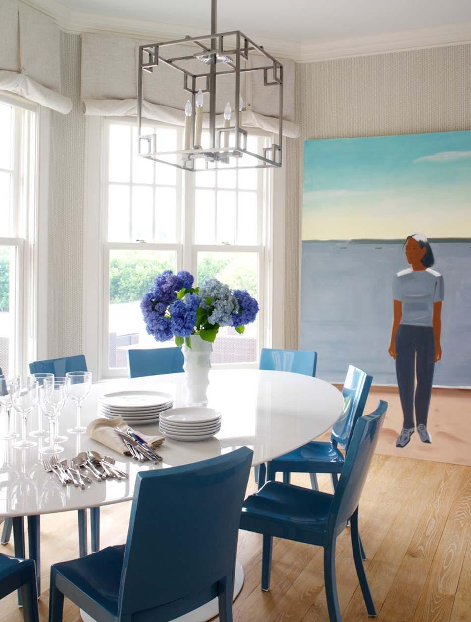 Голубые стулья в гостиной столовой
