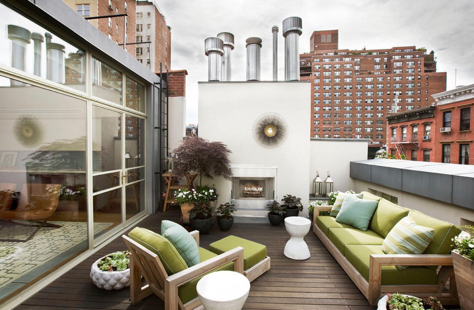 Зона отдыха на открытом просторном балконе