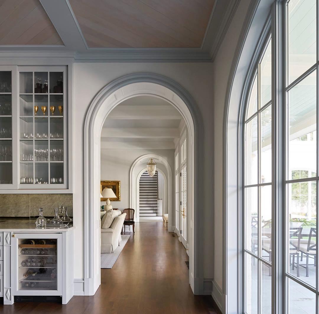 Дизайн коридора с аркой с молдингами