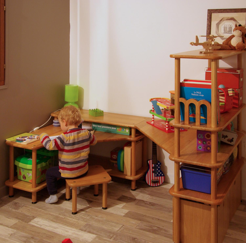 Угловой стол из массива в детской