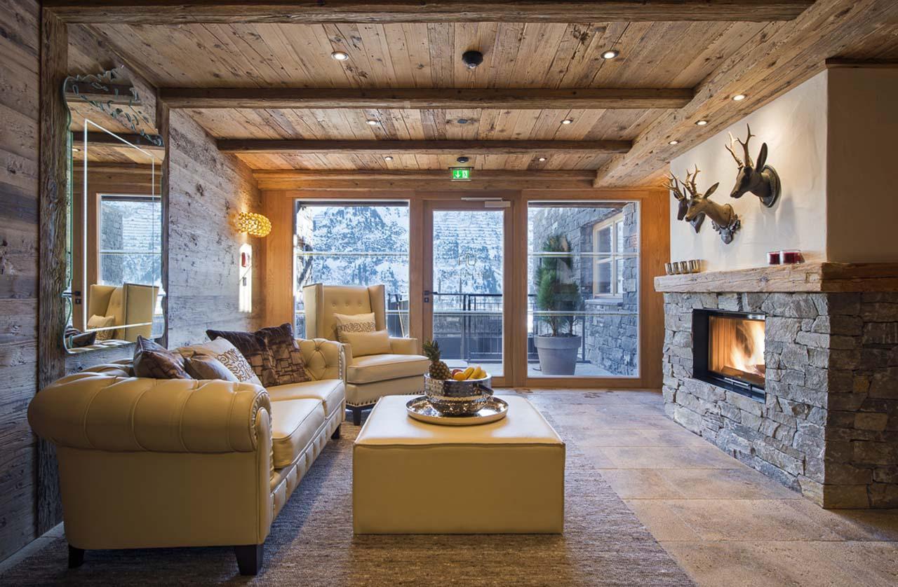 Натуральный деревянный потолок в гостиной с камином