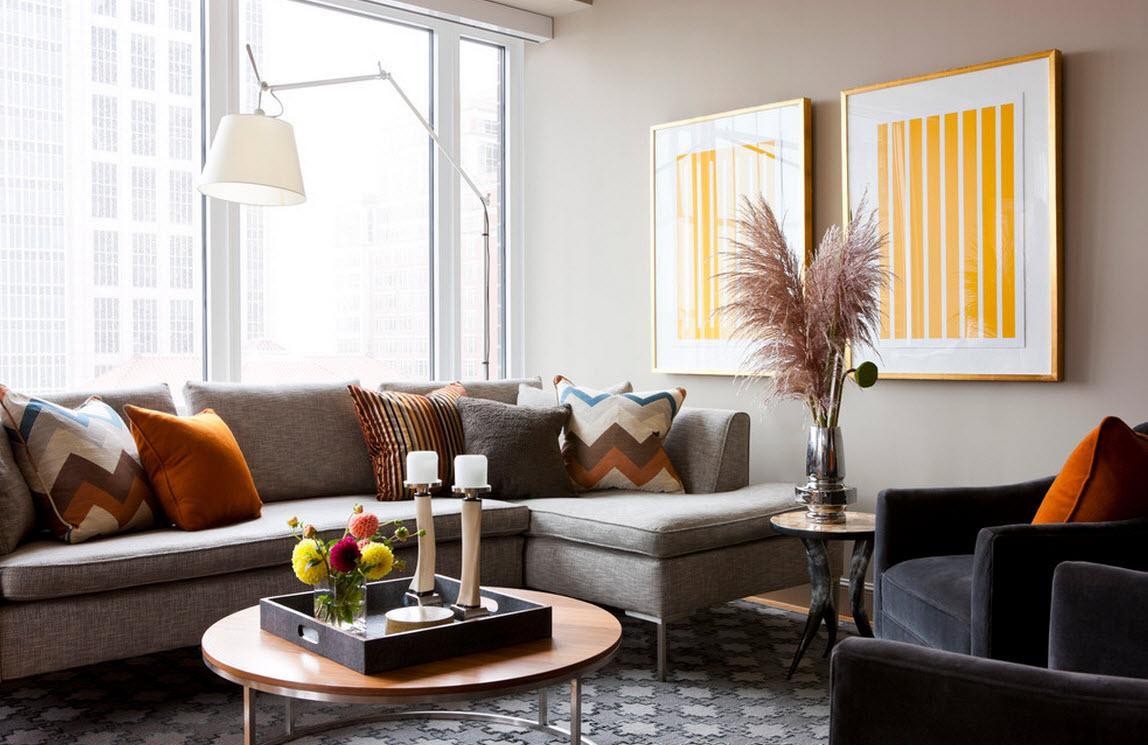 Пружинный серый диван