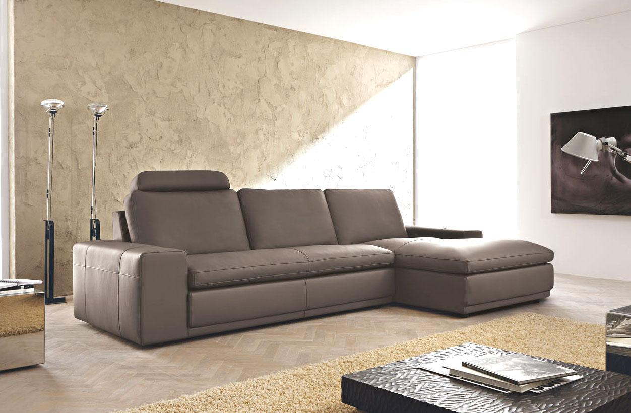 Коричневый кожаный диван с оттоманкой