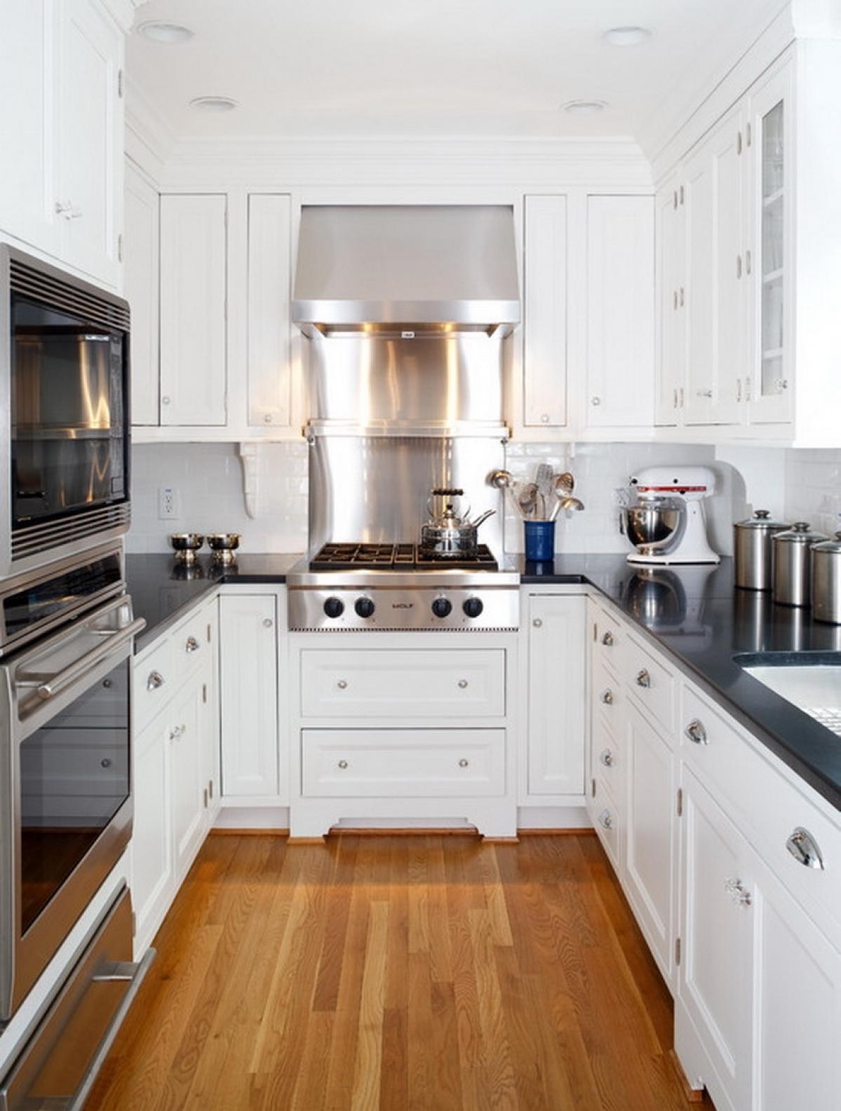 Узкая черно-белая кухня