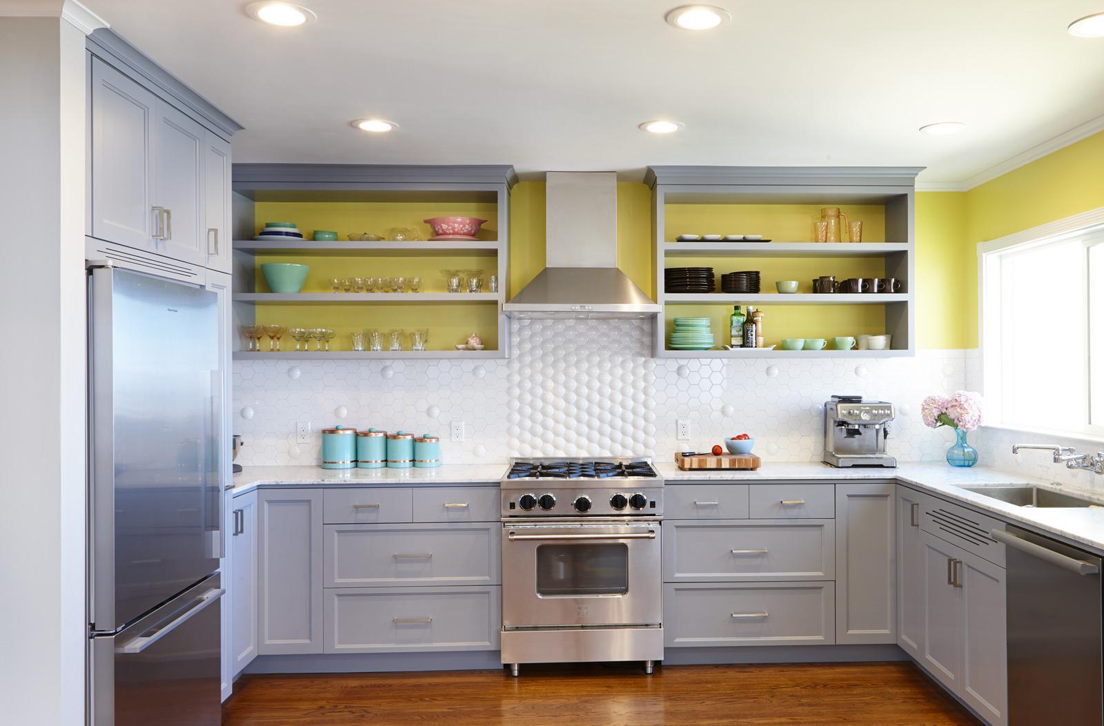 Расположение холодильника в нише на кухне