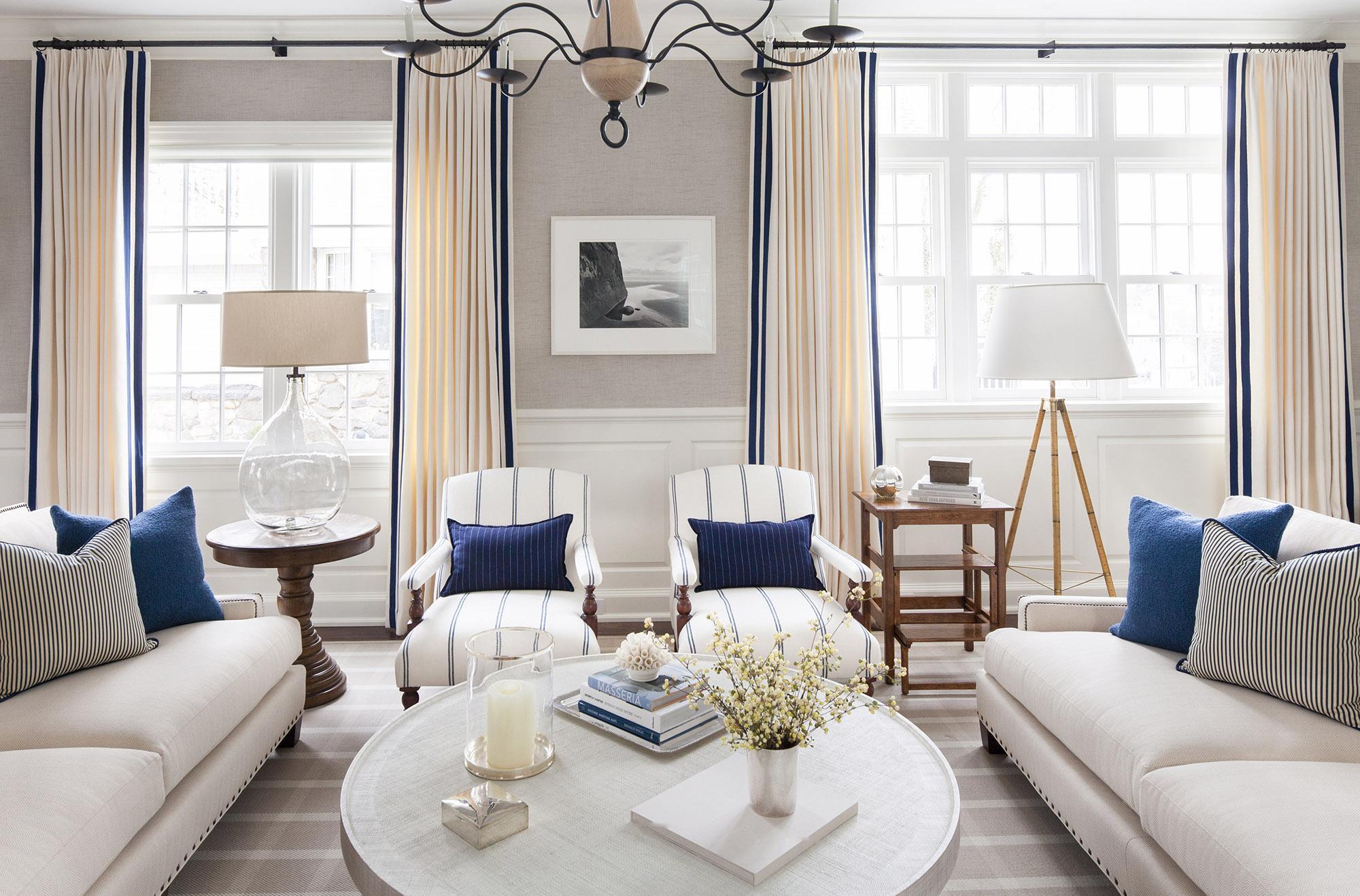 Красивое сочетание бежевого, синего и белого цветов в интерьере гостиной