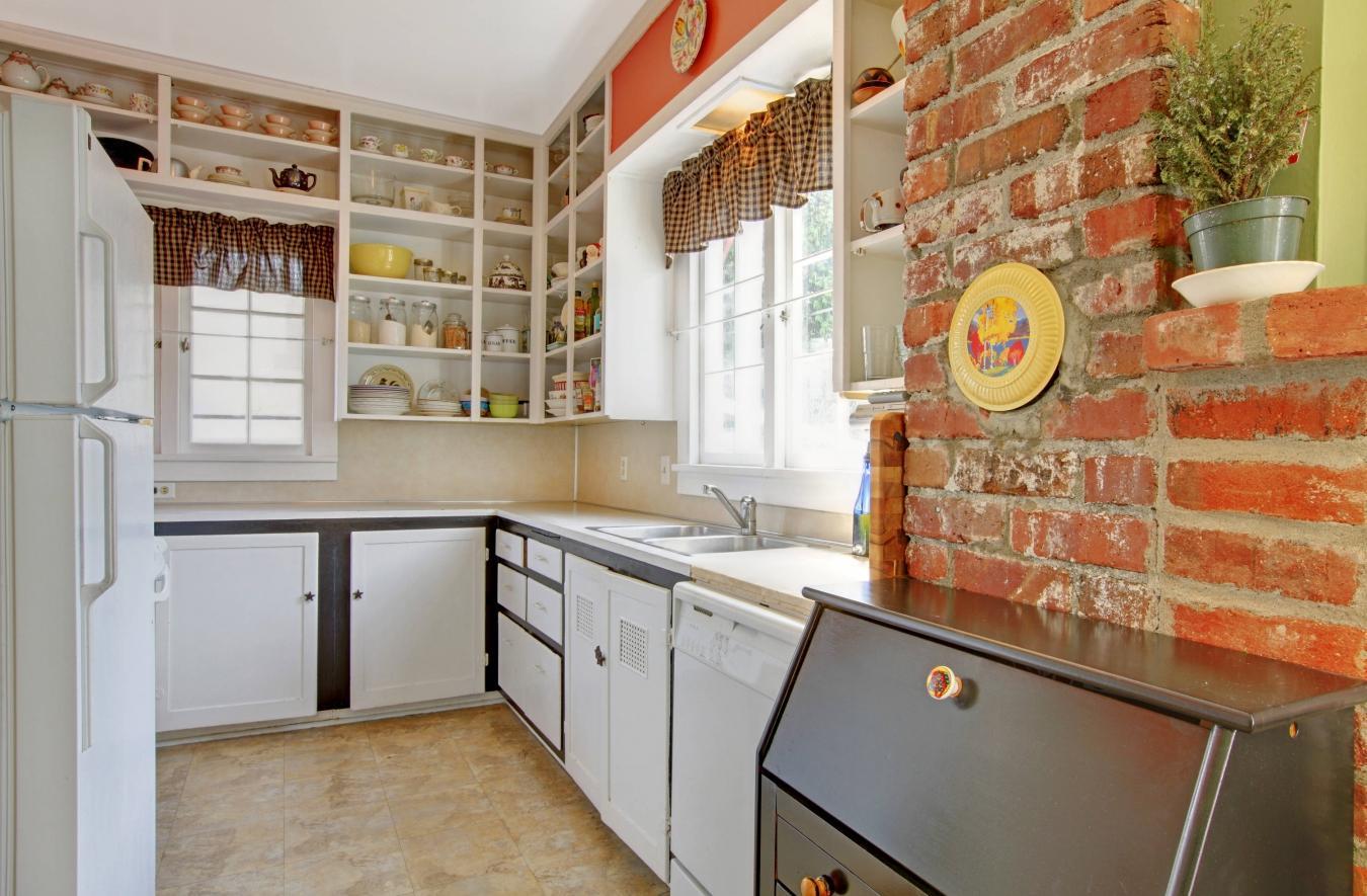 Светлая кухня с кирпичной стеной