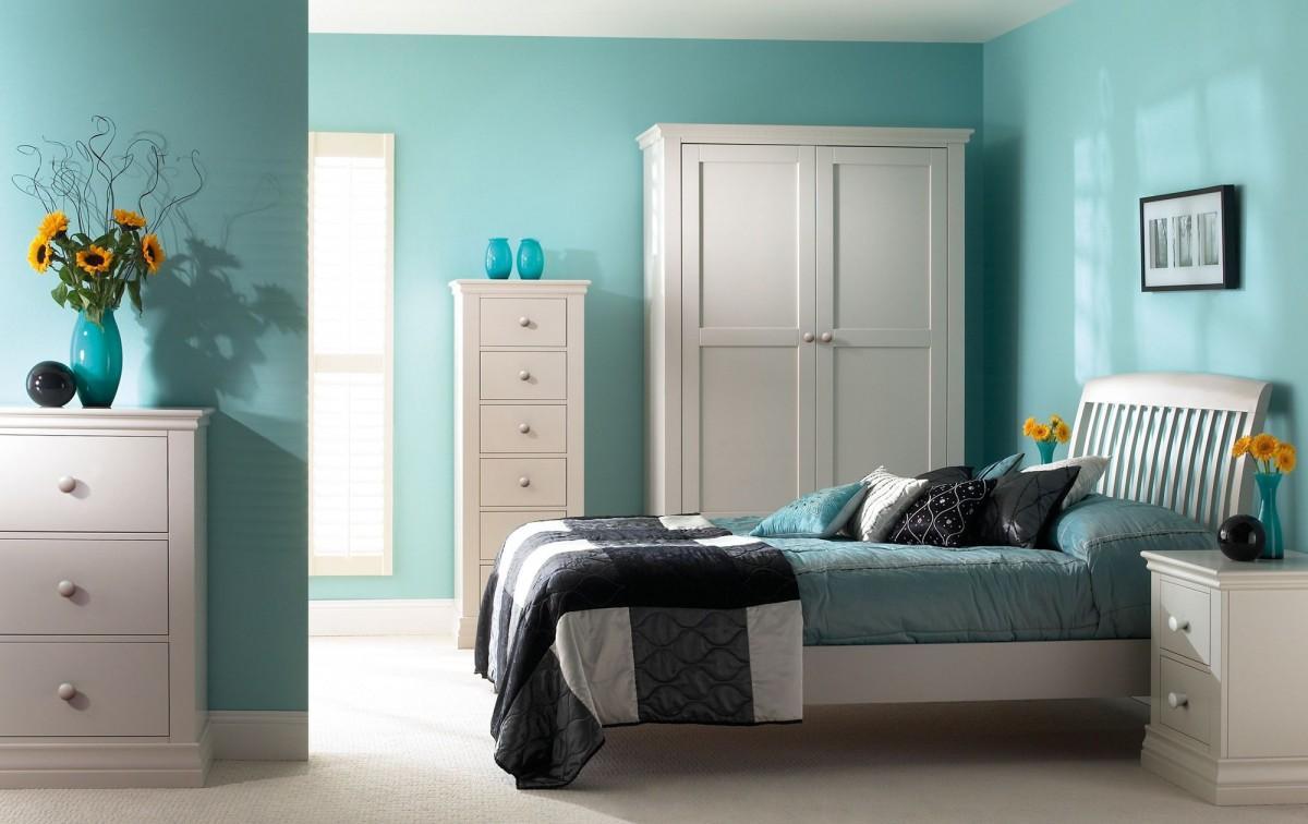 Светло-бирюзовые стены в интерьере спальни
