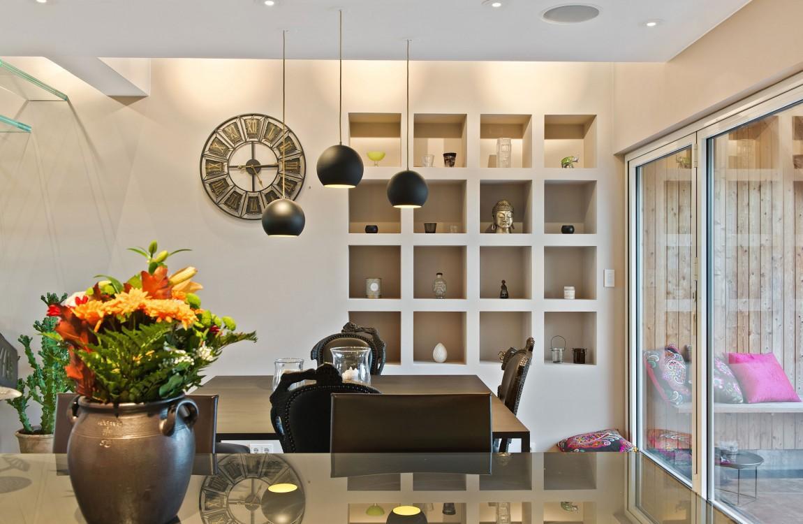 Стильный встроенный стеллаж в интерьере кухни