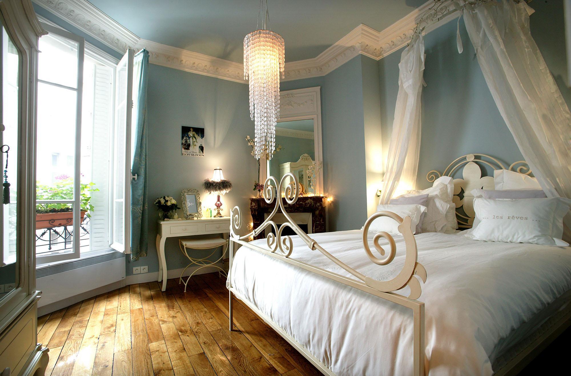Прозрачный балдахин в бело-голубой спальне