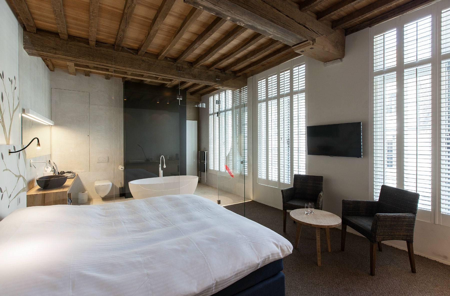 Красивый дизайн спальни с деревянным потолком