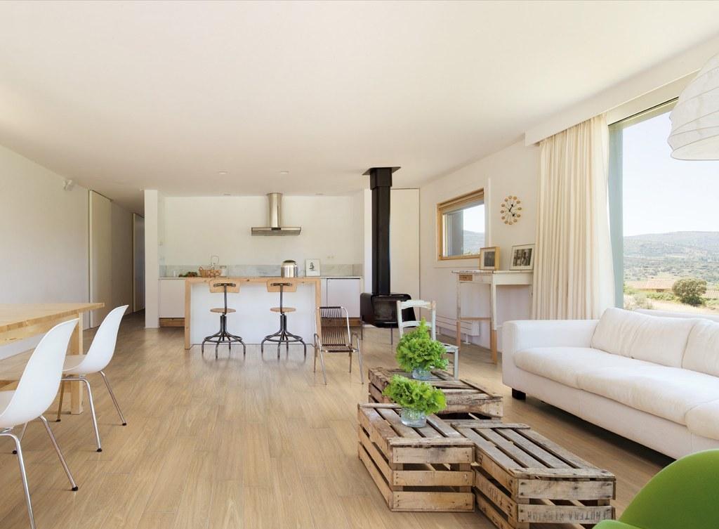 Расстановка мебели в гостиной с двумя окнами