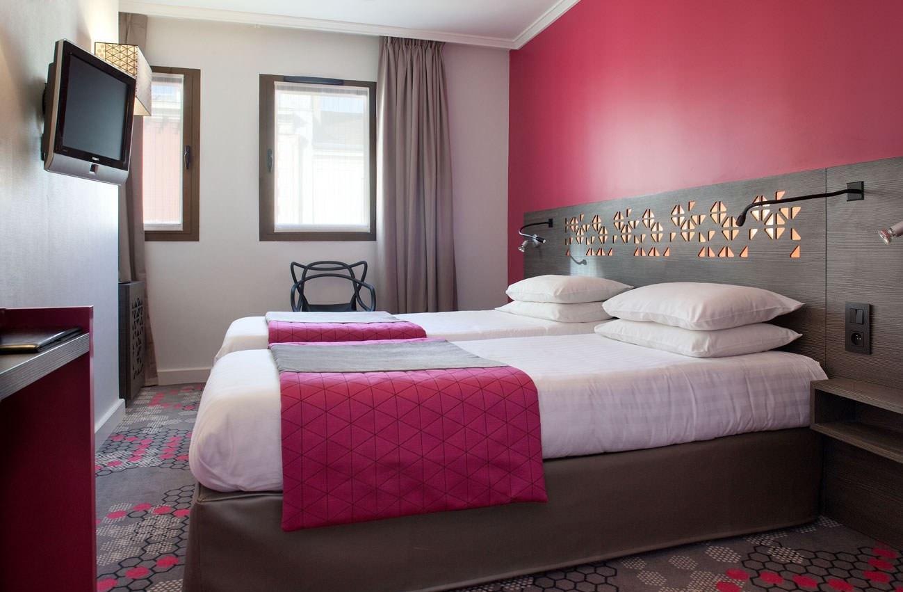 Розово-серая спальня
