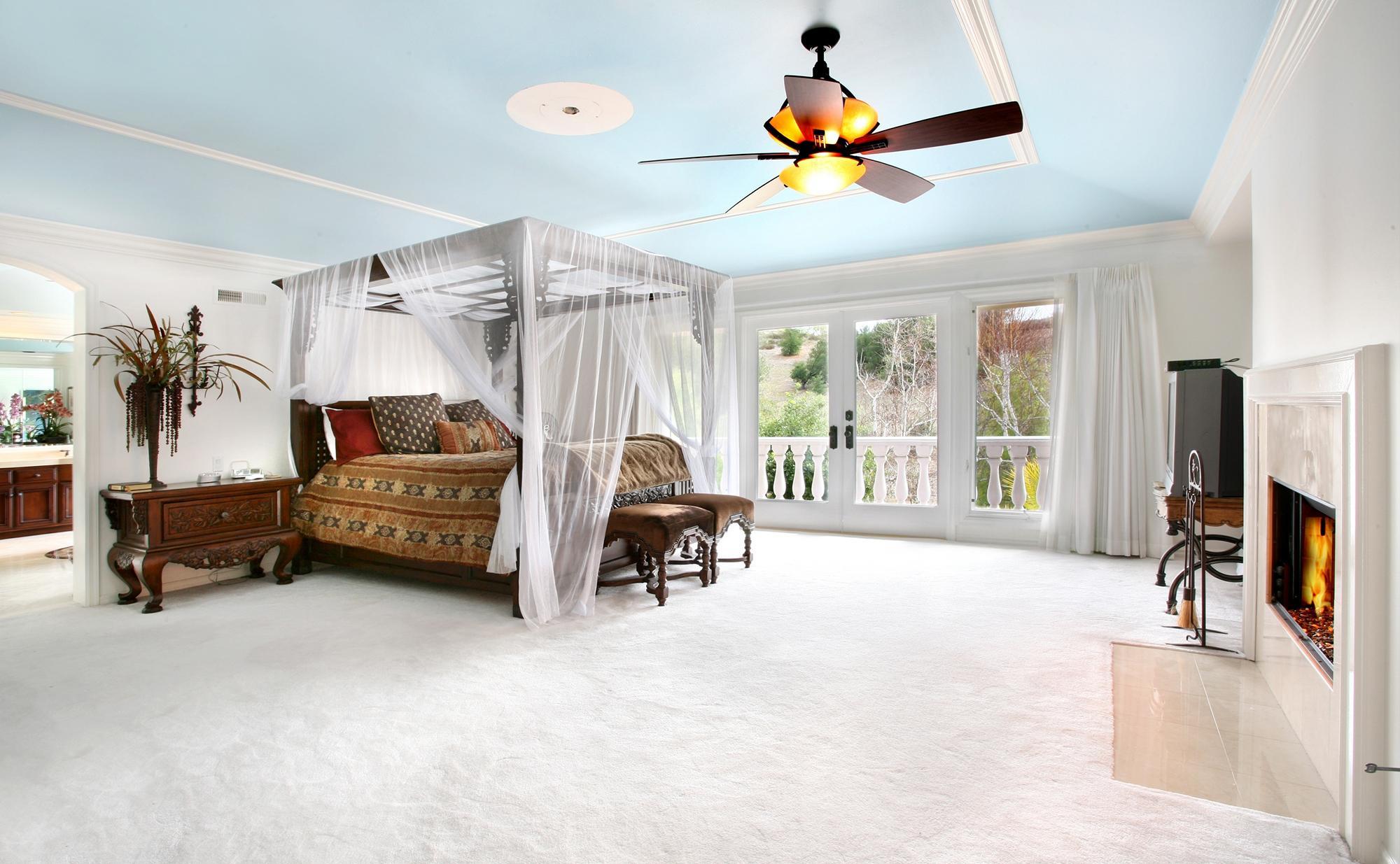 Легкий прозрачный балдахин в просторной спальне