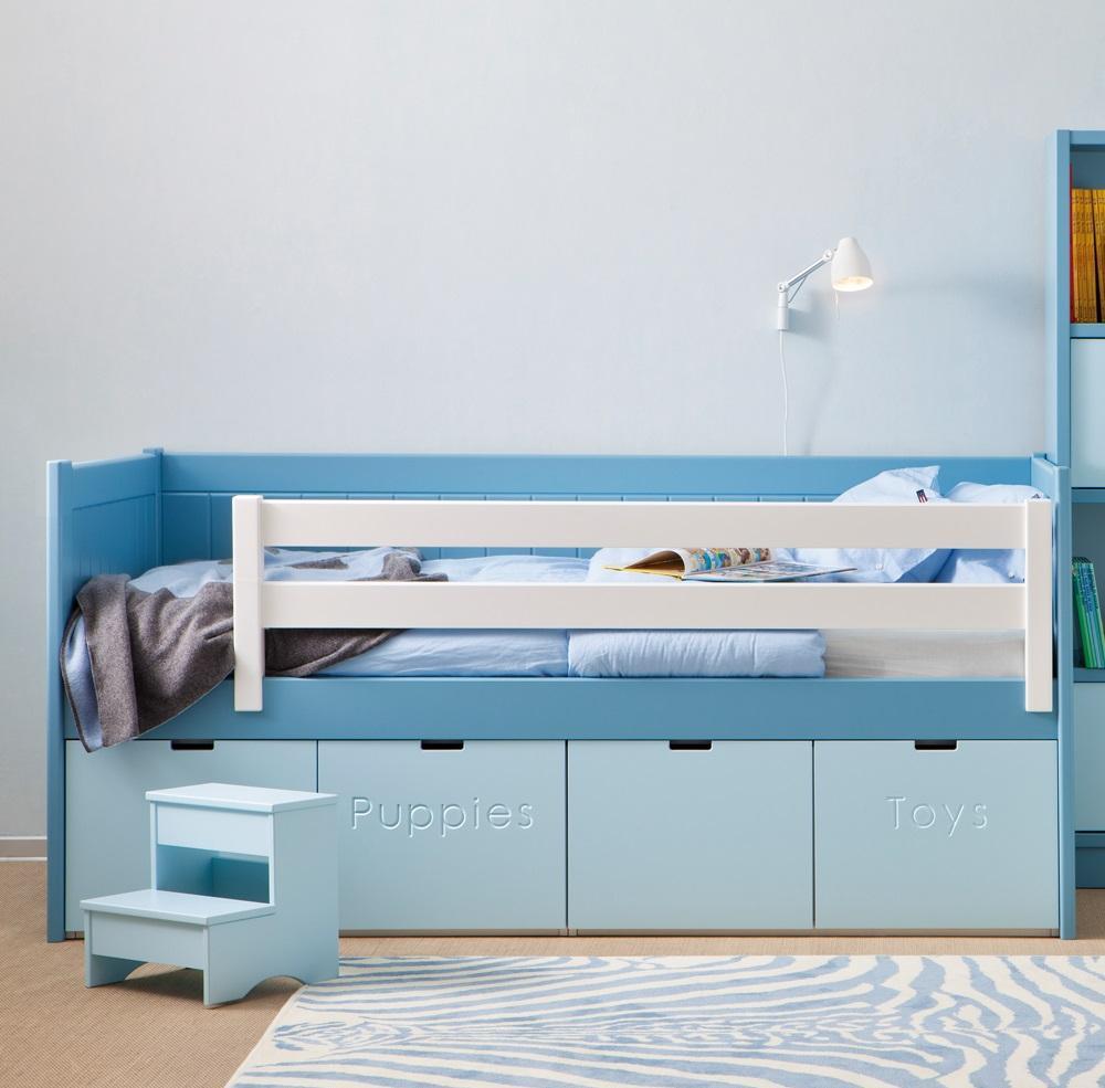 Голубая детская кровать с бортиками