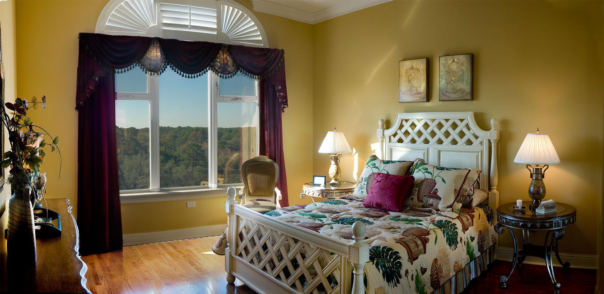 Спальня с большим окном в бохо стиле