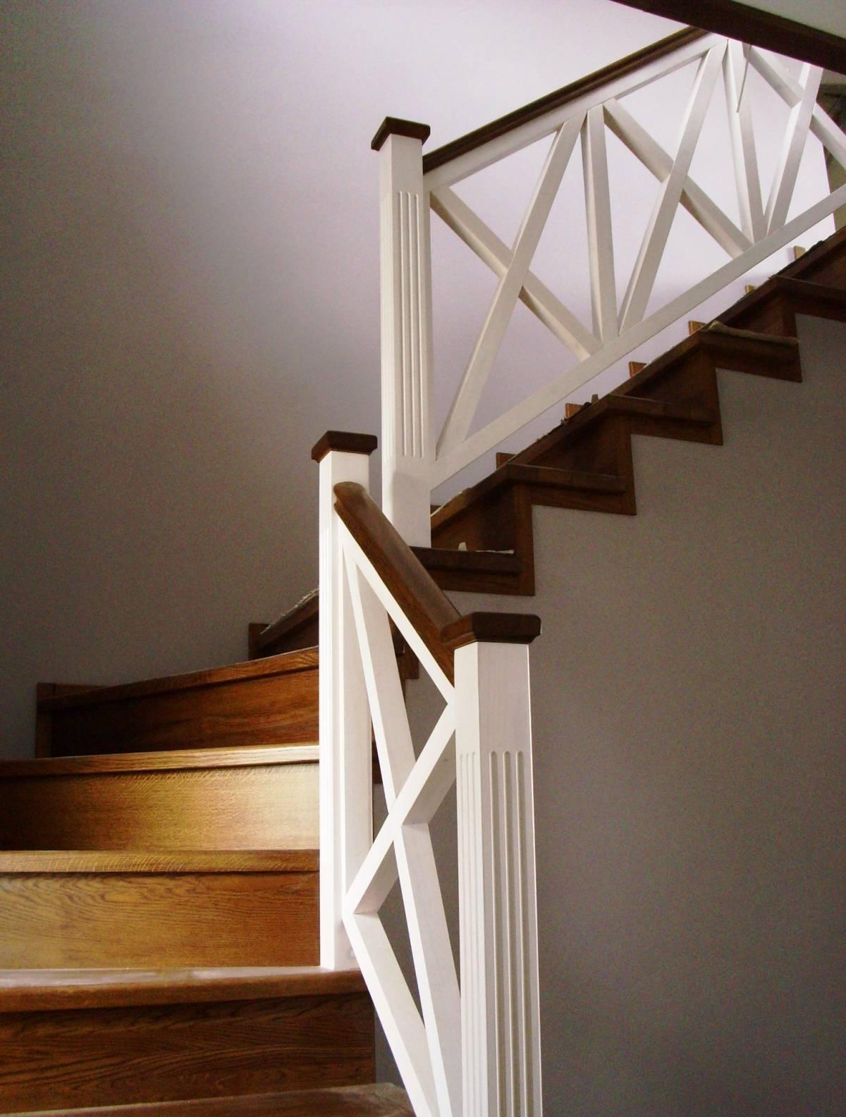 Деревянная лестница в стиле кантри