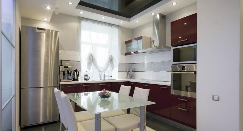 Бордово-белая небольшая кухня