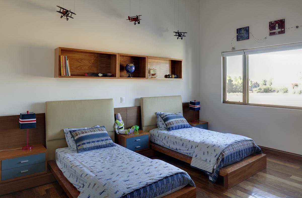 Дизайн детской комнаты для двух мальчиков с самолетами