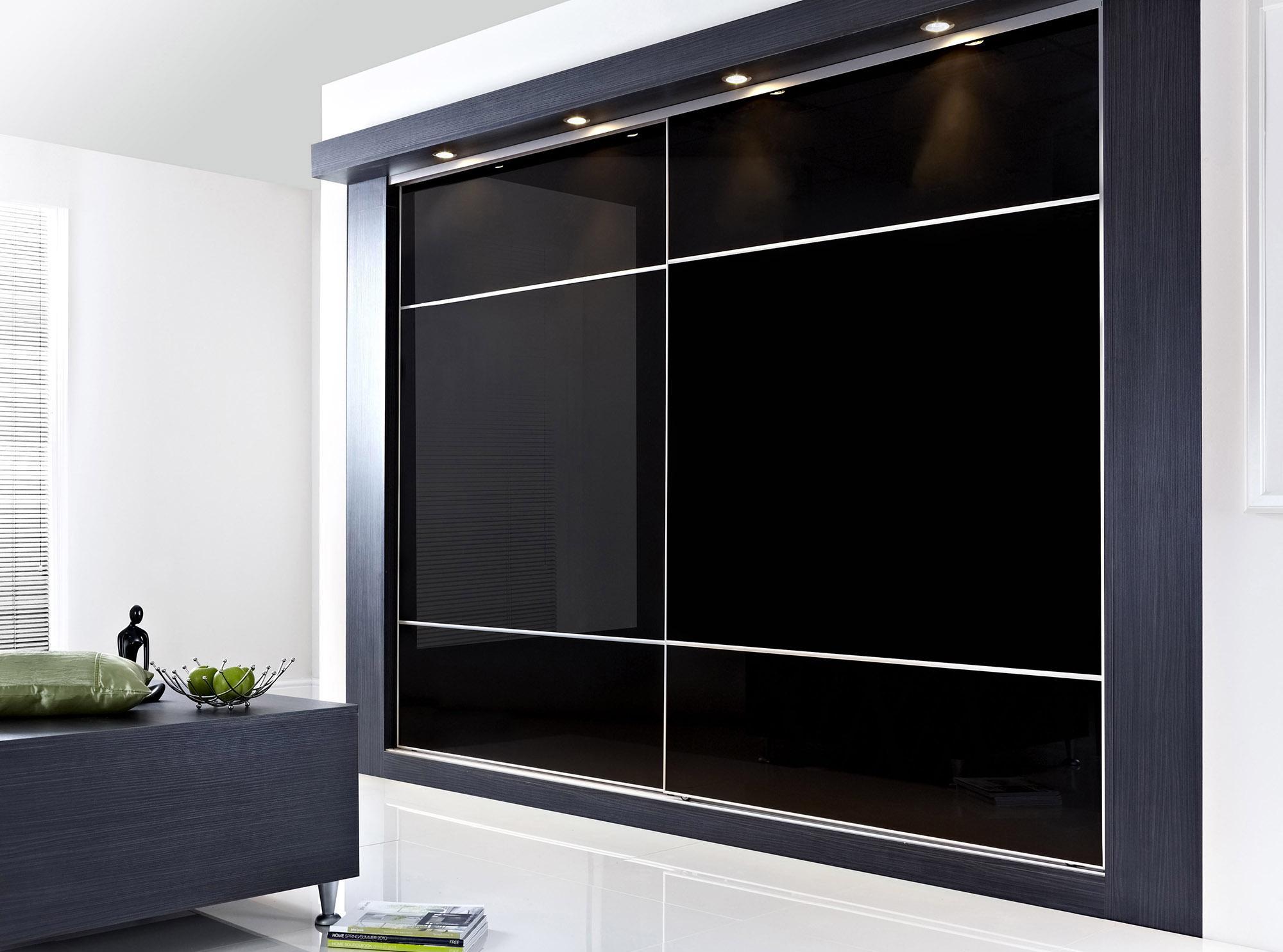 Черный встроенный шкаф купе с подсветкой