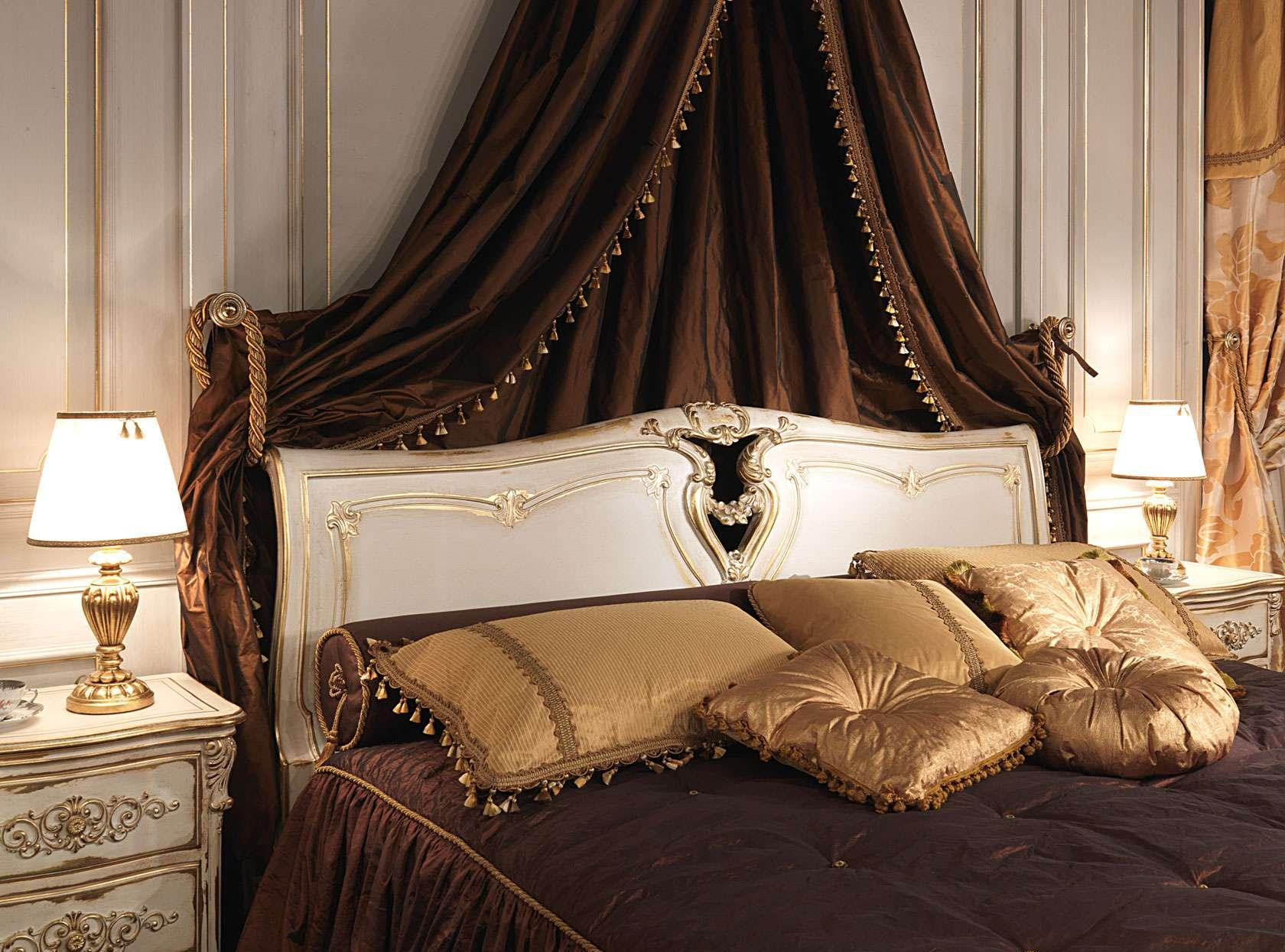 Плотный коричневый балдахин в классической спальне