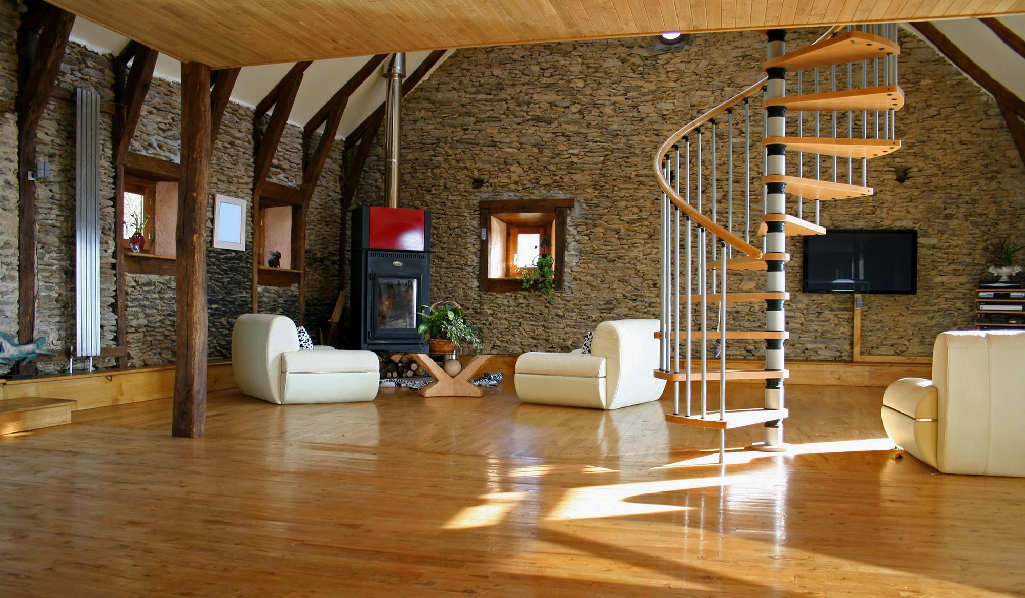 Винтовая лестница в гостиной загородного дома