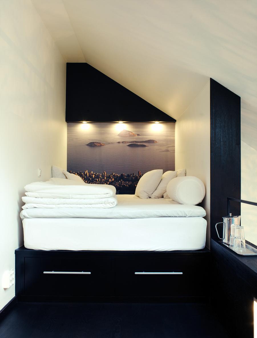 Маленькая спальня в мансарде с вместительными ящиками