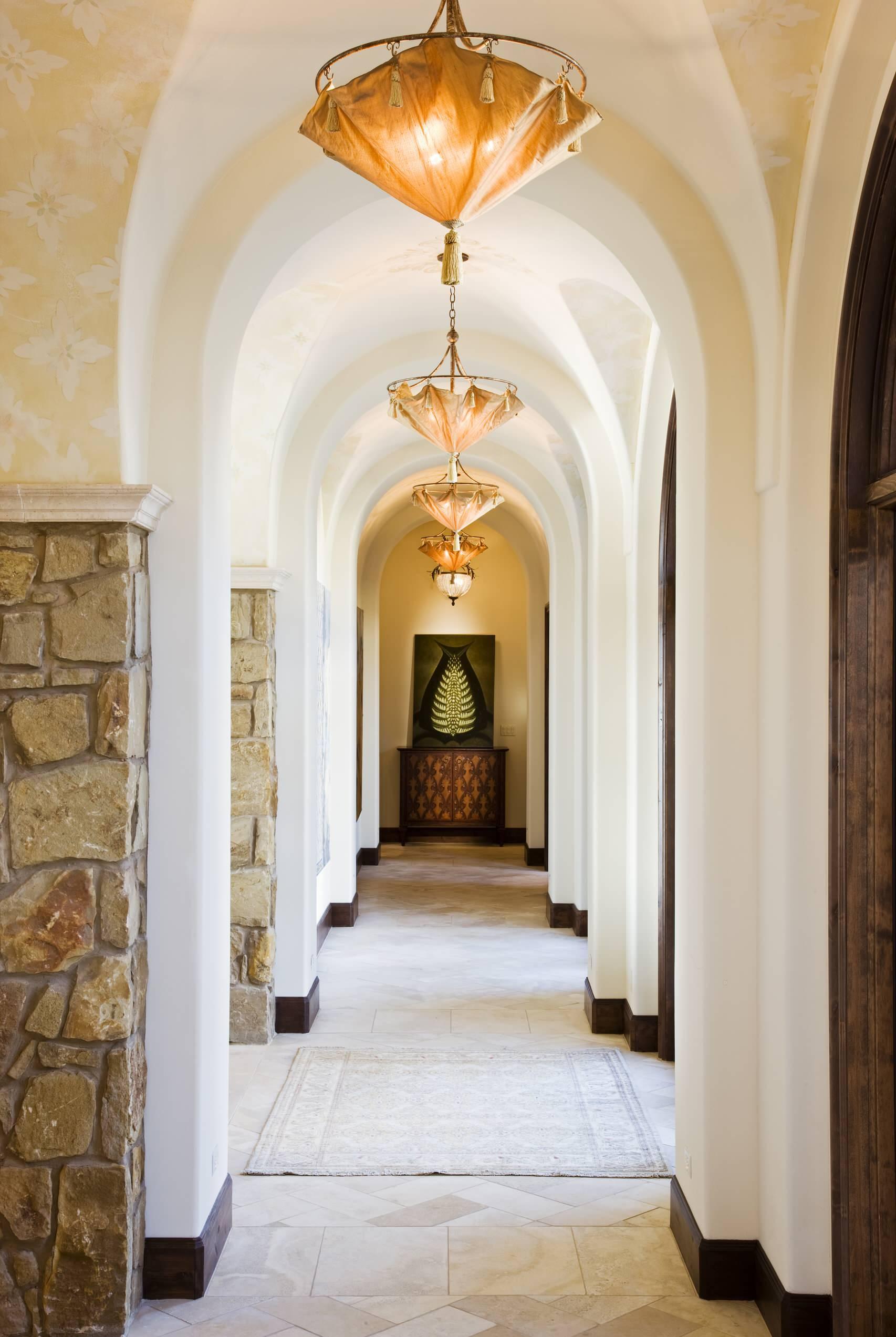 Дизайн коридора с аркой и сводчатым потолком